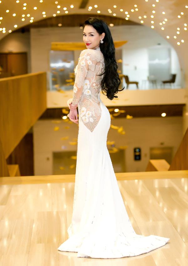 Quỳnh Chi khoe vẻ sexy với váy dài quét đất, đắp vải đắp ren xuyên thấu và bó sát cơ thể. Cô vừa có cơ hội hợp tác với một quỹ đầu tư phim ảnh của Hàn Quốc. Nữ MC hiện là giám đốc một công ty chuyên sản xuất phim. Quỳnh Chi tiết lộ năm 2019 cô sẽ cho ra mắt hai phim điện ảnh.