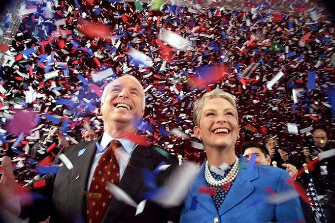 Ứng cử viên tổng thống đảng Cộng hoà John McCain và vợ, Cindy, được tung hô tại cuối cuộc họp của toà thị chính New Hampshire lần thứ 114 với cử tri vào tháng 1/2000. Ảnh: AP.