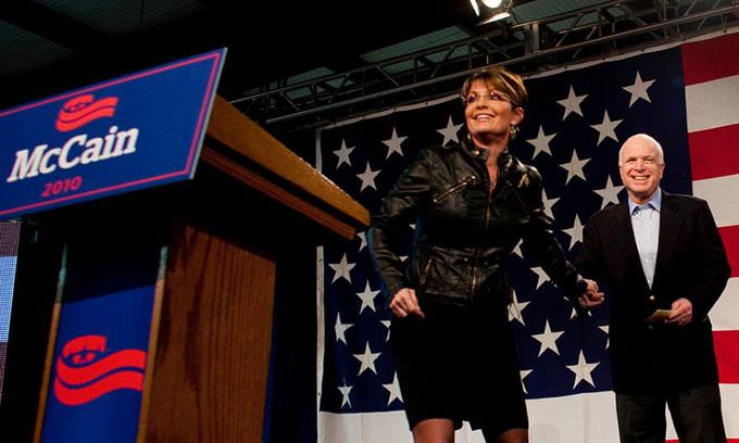 Cựu thống đốc Alaska Sarah Palin nói chuyện với những người ủng hộ trong một cuộc trưng cầu cho chiến dịch của thượng nghị sĩ John McCaine ở Tucson, Arizona vào năm 2010. Ảnh: Darren Hauck.