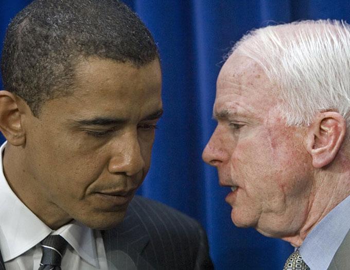 Thượng nghị sĩ John McCain trao đổi với Thượng nghị sĩ Barack Obama trong một cuộc họp báo vào tháng 4/2006 tại Washing ton. Ảnh: AFP.
