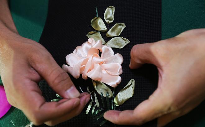 Để tạo độ phồng cho cánh hoa, đến đoạn gần cuối chị em không nên kéo mạnh tay.