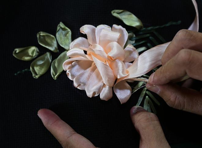 Đâm vào phần đầu của cánh hoa, trong quá trình kéo ruy băng xuốnglấy ngón tay tạo độ phồng của cánh hoa.