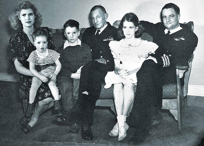 Bức chân dung gia đình John McCain năm 1944. Từ trái qua là bà Roberta (mẹ của McCain) Joe, John S McCain II, Admiral John S McCain, Sandy và bố của McCain, John S McCain Jr. Ảnh: Alamy.
