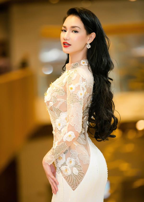 Gái một con được nhiều người khen ngày càng xinh đẹp, gợi cảm. Quỳnh Chi hy vọng những bộ phim do cô sản xuất sẽ gây ấn tượng với khán giả trong và ngoài nước.