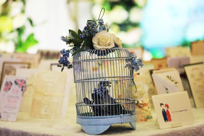 Ngoài ra, để tạo ấn tượng với mọi người ngay từ khi bước chân vào khu vực chào đón khách, vợ chồng sắp cưới cũng có thể biến hóa không gian chụp hình lưu niệm, trang trí bằng những món đồ nhỏ xinh như lồng chim, những bức ảnh nhỏ xinh lưu kỷ niệm thời yêu nhau.