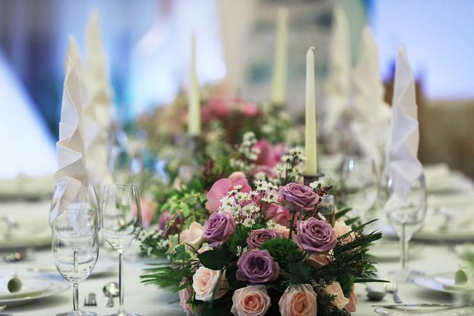 Hoa hồng và ánh nến tôn lên vẻ lãng mạn. Bạn có thể kết hợp nhiều loại hoa khác nhau để tạo điểm nhấn cho không gian.