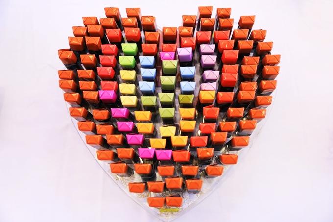 Bạn cũng có thể xếp từ những thanh chocolate Bỉ thành trái tim, theo từng mảng màu thay đổi dần về phía trong. Món quà này vừa thích hợptrang tríđám cưới, vừa có thểtặng người thân, bạn bè đến chung vui.