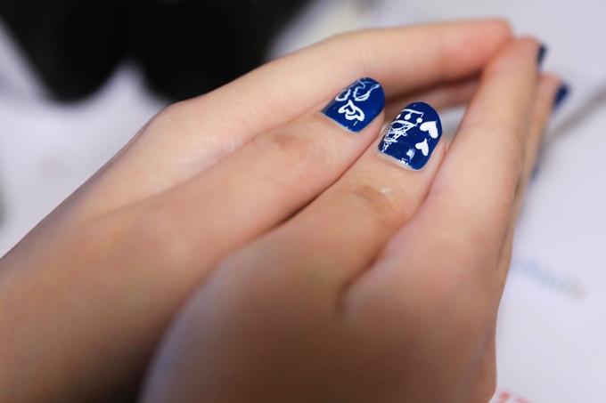 Nhiều cô dâu sắp cưới muốn tạo điểm nhấn cho bàn tay bằng những mẫu vẽ trái tim xinh xắn.