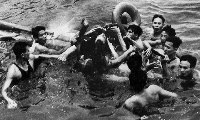 Quân dân Hà Nội cứu McCain từ hồ Trúc Bạch năm 1967 khi ông làm phi công tham chiến tại Việt Nam. Ảnh: AP.