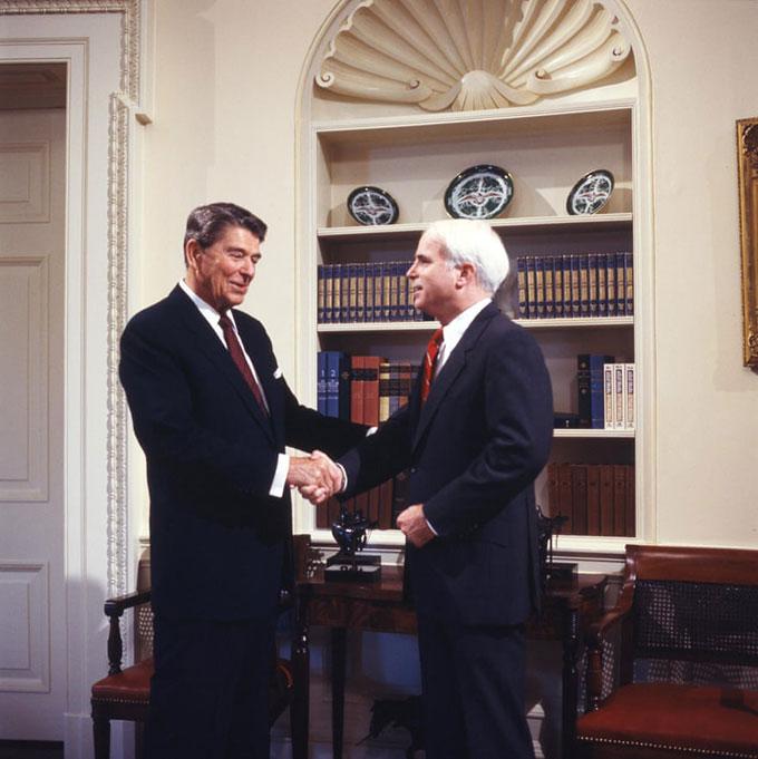 Tổng thống Ronald Reagan và JohnMcCain tại Nhà Trắng trong thập niên 1980. Ảnh: Alamy.
