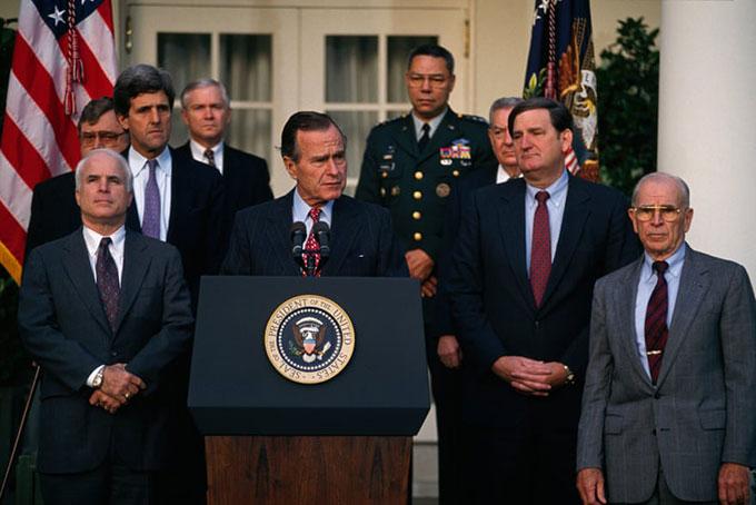 Thượng nghị sĩ John McCaine, Thượng nghị sĩ John Kerry, Tổng thống George Bush, tướng Colin Powell và tướng John Vessey tham dự một cuộc họp báo về những người lính mất tích trong chiến tranh tại Việt Nam. Ảnh: Sygma.