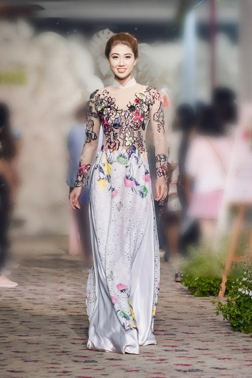 Với Minh Châu, bảng màu cho áo dài cưới không chỉ gói gọn trong những gam màu quen thuộc là trắng, đỏ, hồng mà bất cứ màu sắc nào của thiên nhiên cũng có thể giúp cô dâu tỏa sáng. Những thiết kế áo dài thêu hoa rực rỡ trên nền vải voan mỏng là một minh chứng cho điều đó.