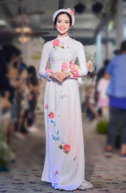 Những bông hoa được kết từ voan hồng giúp chiếc váy lụa vốn mềm mại lại càng thêm điệu đà, nữ tính.