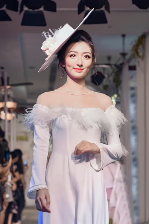 Mẫu áo dài dạ hội mà Minh Châu giới thiệu thời gian gần đây được kết hợp với những chiếc mũ mang hơi hướng hoàng gia Anh.