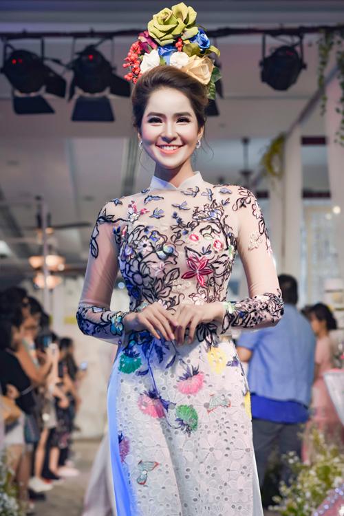 Cách kết hợp giữa voan mỏng và vải cắt lazer là một điều riêng có của Minh Châu.