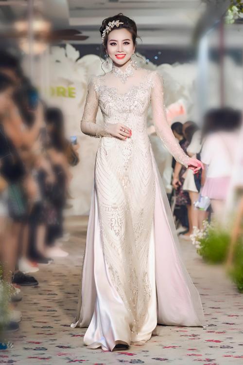 Một chút cách điệu ở phần vai phồng và cổ áo trang sức neckline giúp cô dâu trở nên sang trọng trong ngày cưới.