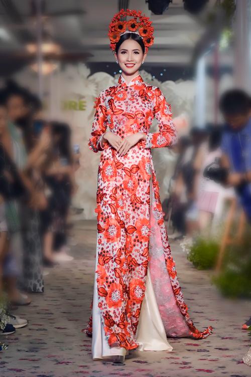 Hoa hậu Đại sứ Du lịch Phan Thị Mơgiữ vai trò vedette trong màn trình diễn này, đem đến mẫu áo dài cưới lấy cảm hứng từ vẻ đẹp của những đóa hoa nở rộ. Áo mang sắc đỏ - trắng, là hai màu được hầu hết các cô dâu lựa chọn đầu tiên cho ngày trọng đại. Cô dâu Phan Thị Mơ thêm nổi bật với họa tiết vương miện hoa được làm thủ công.