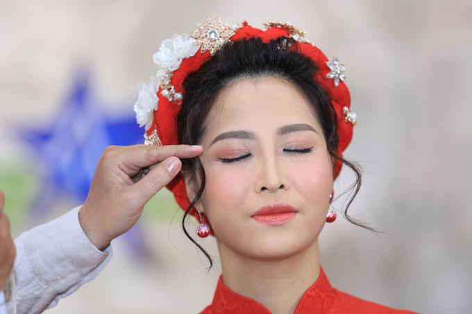 Với mắt, Hồ Khanh chọn màu tự nhiên và kẻ eyeliner tạo điểm nhấn cho dáng mắt mang đến sự nhẹ nhàng và trẻ trung cho cô dâu.