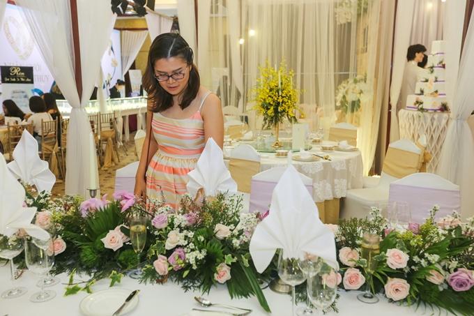 Để kịp dự sự kiện, Mai Huỳnh - chuyên viên cao cấp của một tập đoàn lớn tại Singapore - đón chuyến bay sớm nhấtvề Việt Nam. Cô cho biết cuối năm sẽ lên xe hoa với chàng trai Ấn Độ và mong muốn có hôn lễ ý nghĩa bên bờ biển tại Việt Nam.Một trong những điểm nhấn được cô quan tâm là trang trí không gian cưới. Vốn yêu thích hoa, Mai Huỳnh không thể rời mắt trước một bàn tiệckết hợp nhiều sắc hoa hồng và màu xanh của lá. Theo các chuyên gia trang trí cưới tại khách sạn Rex, hoa hồng vừa tượng trưng cho tình yêu lãng mạn, vừa tạo cảm giác bắt mắt.