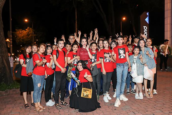 Sau khi chương trình kết thúc, nhiều khán giả vẫn nán lại để được trò chuyện và chụp ảnh kỷ niệm cùng thần tượng.
