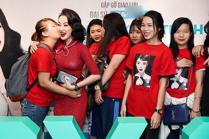 Rất đông khán giả đã nhân dịp này đến dự để gặp gỡ, giao lưu với Angela Phương Trinh. Đặc biệt trong đó, có fan đi xe từ Cần Thơ lên TPHCM chỉ với mong muốn được tặng quà khiến nữ diễn viên vô cùng xúc động.