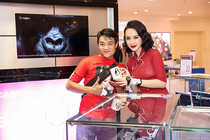 Angela Phương Trinh cũng chuẩn bị những phần quà nhỏ dành riêng cho các fan của mình.