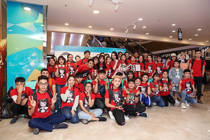 Tối 25/6, Angela Phương Trinh đã có buổi gặp gỡ khán giả hâm mộ tại sự kiện giao lưu với thương hiệu mà cô làm đại diện hình ảnh.