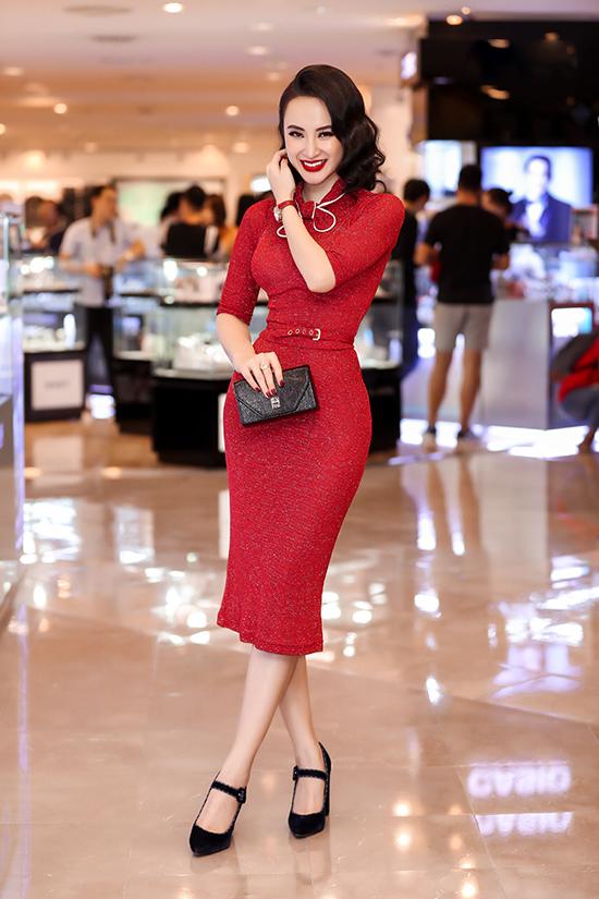 Váy ôm sát tông màu đỏ nổi bật được người đẹp lựa chọn để tôn vẻ đẹp hình thể. Tóc uốn lượn sóng, son môi quyến rũ theo phong cách cổ điển mang đến tổng thể hoàn hảo cho Angela Phương Trinh.