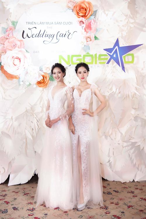 Hai mẫu váy với phom dáng khác nhau được tô điểm với những cánh hoa baby xinh xắn.