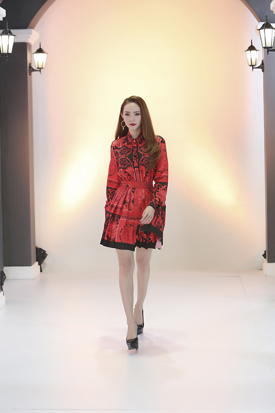 Ca sĩ khoe nét đẹp trẻ trung, hiện đại với váy hoạ tiết đỏ đen. Bộ cánh giúp Minh Hằng tôn vóc dáng và phù hợp với buổi ghi hình ở vòng chọn thí sinh.