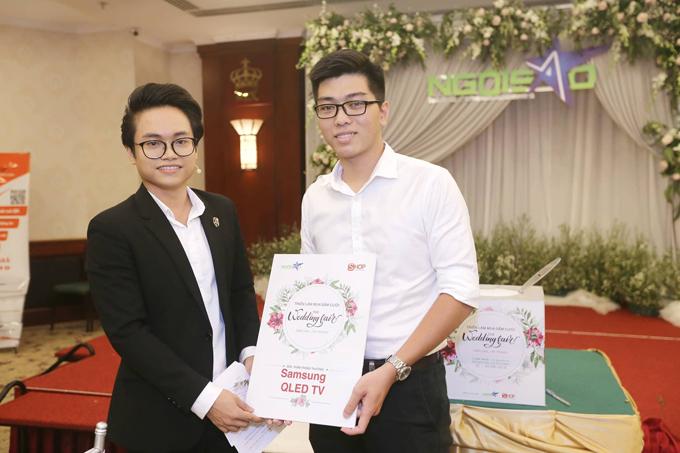 Đồng Mạnh Khang (bên phải) là khách hàng may mắn đầu tiên nhận giải thưởng chiếc Smart TV màn hình cong 4K QLED 65 inch Q8C 2018 của Samsung gần 100 triệu đồng. Ảnh: Quỳnh Trần.