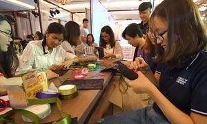 Bạn trẻ học thêu Ribbon tại Triển lãm cưới Ngôi Sao
