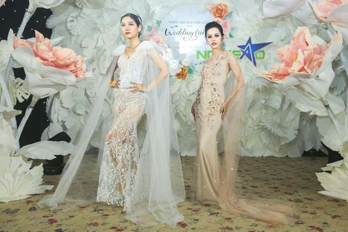Hai mẫu váy đều được đính tà phụ nơi cầu vai, cánh tay để tạo sự uyển chuyển trong từng cái nhấc tay, bước đi của cô dâu.