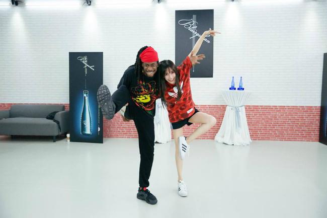 Để có phần biểu diễn hoàn hảo trên sân khấu, trước đó, Angelababy đã phải miệt mài tập luyện cùng các nghệ sĩ.