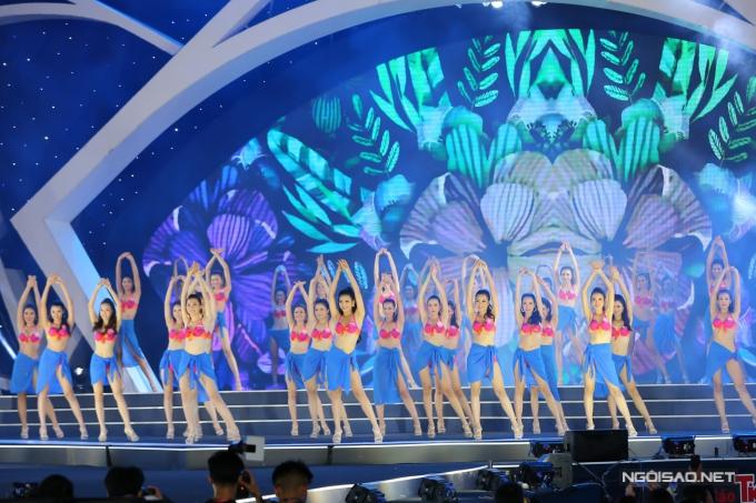 Tối 25/8, các thí sinh Hoa hậu Việt Nam 2018 bước vào phần thi Người đep Biển. Đây là phần thi quan trọng và thu hút sự quan tâm của công chúng. Các thí sinh phải tập luyện hình thể, đội hình chuẩn bị cho sự kiện.