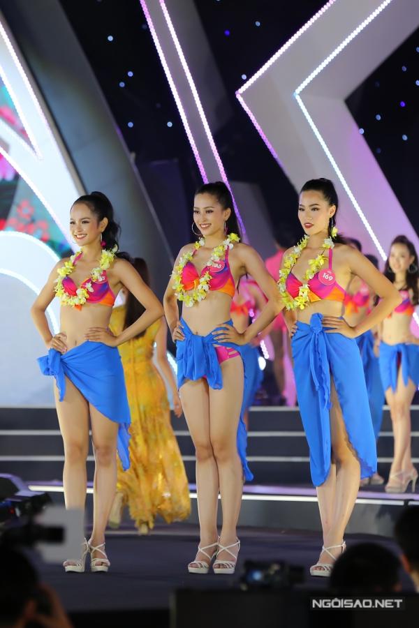 Dù vậy, Tiểu Vy (giữa) vẫn được xướng tên vào top 3 chung cuộc của phần thi này. Người đẹp sinh năm 2000, sở hữu chiều cao 1,74m, số đo 84-63-90 và vừa tốt nghiệp trường THPT Vạn Hạnh, TP HCM.