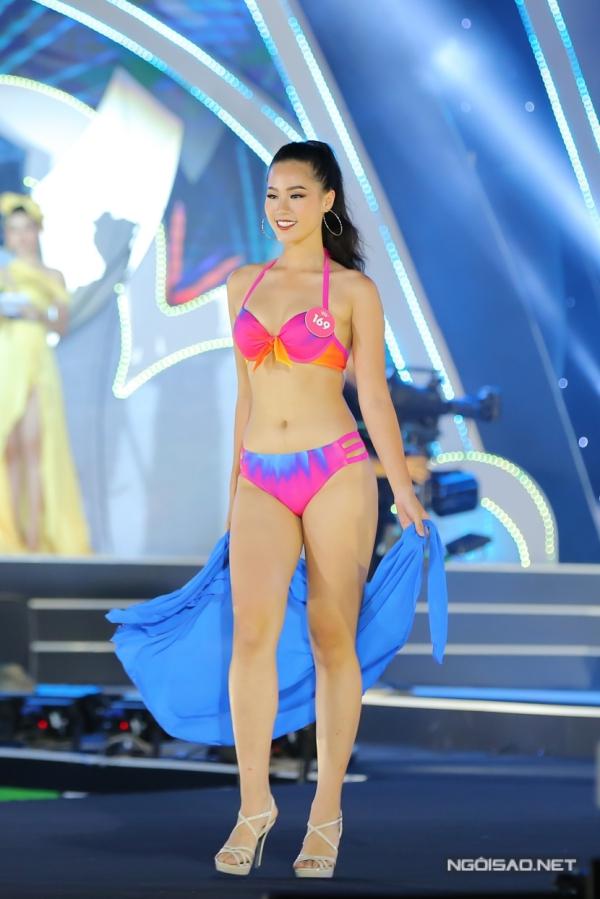 Nguyễn Hoàng Bảo Châu ghi tên mình vào top 3 Người đẹp Biển nhờ hình thể chuẩn. Cô cao 1,73m, ba vòng 85-60-93.