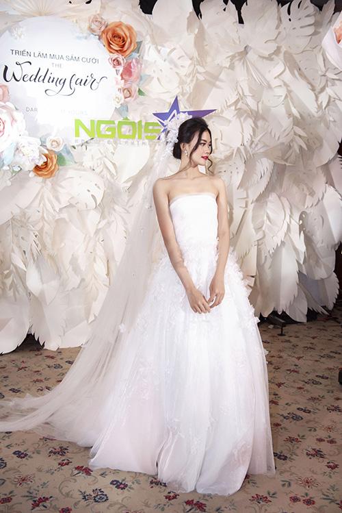 Mẫu váy quây cúp ngực sẽ là lựa chọn ngọt ngào dành cho cô dâu yêu thích sự bay bổng, lãng mạn. Chất liệu voan mỏng và từng cánh hoa thêu nổi 3D được Vĩnh Thụy phối đắp mượt mà giúp cô dâu đạt đến vẻ đẹp mỏng manh tựa sương mai.