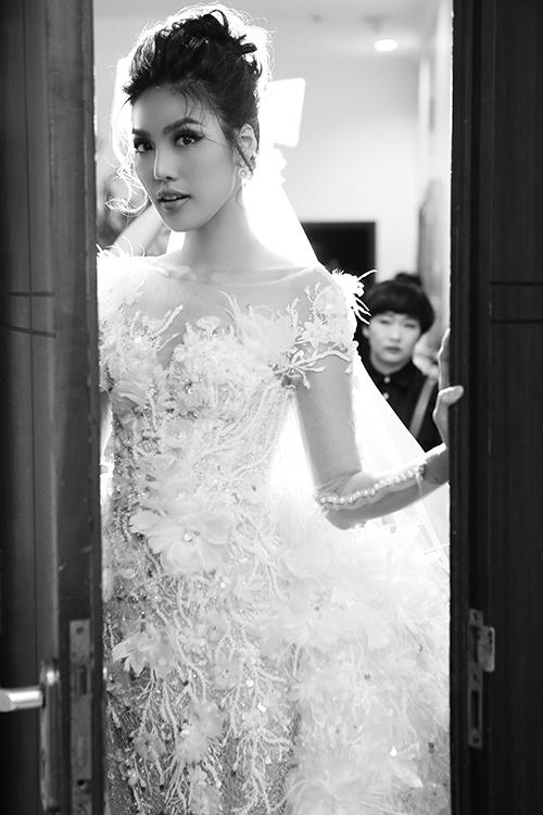 Chiếc váy có độ bồng xòe tạo sự dễ dàng, thoải mái khi di chuyển.Sắp tới đây, Hoa khôi Áo dài Việt Nam 2014 cũng sẽ lên xe hoa vào đầu tháng 10. Chồng sắp cưới của cô là doanh nhân John Tuấn Nguyễn.