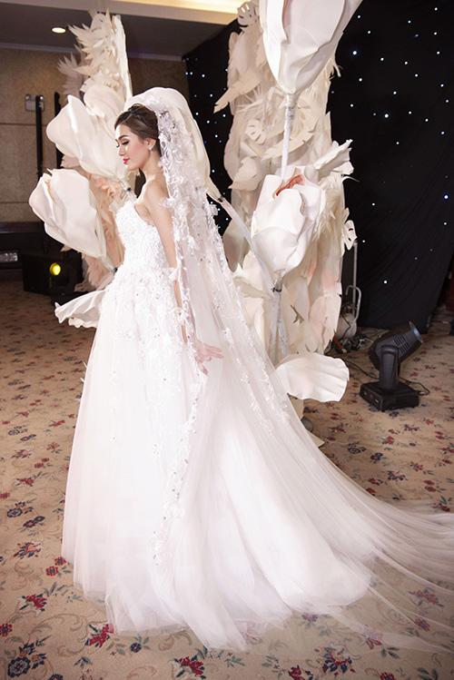 Lúp cưới dài sẽ tạo độ thướt tha, uyển chuyển trong từng bước đi của cô dâu.