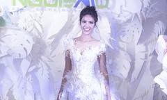 Chiếc váy cưới đính hàng nghìn cánh hoa Lan Khuê mặc trong Triển lãm cưới Ngôi Sao