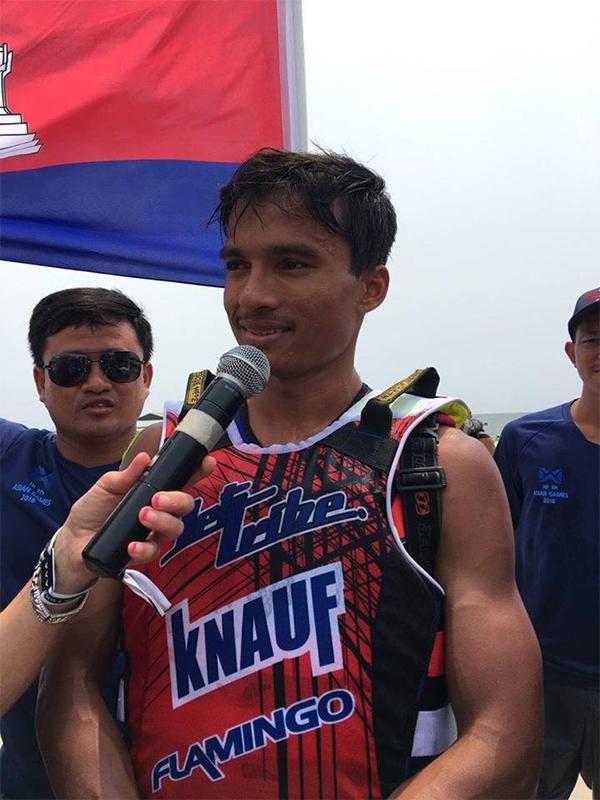 Saly Ou Moeut trả lời truyền thông sau khi giành HC vàng Asiad cho Campuchia. Ảnh: AKP.