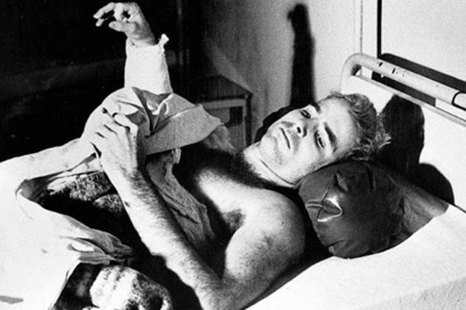 McCain nằm trên giường bệnh với cánh tay phải không thể cử động. Ảnh: Alamy.