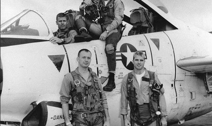 John McCain và các thành viên đội bay bên chiếc T-2 Buckeye trong đợt tập huấn năm 1965 tại Bắc Mỹ. Ảnh: Alamy.