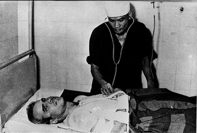 McCain làm tù binh chiến tranh và được điều trị tại một bệnh viện ở Hà Nội năm 1967. Ảnh: AP.