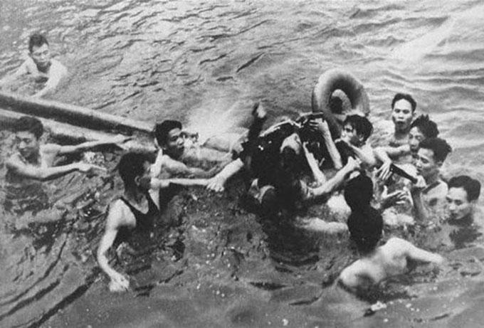 McCain được quân lính Việt Nam cứu lên từ hồ Trúc Bạch ngày 26/10/1967. Ảnh: AP.