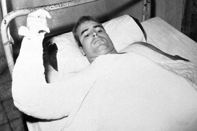 Trong một bức ảnh không rõ thời gian, McCain được bó bột bên cánh tay bị gãy khi rơi máy bay. Ảnh: Alamy.
