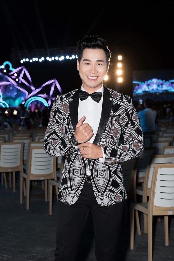 MC Nguyen Khang bảnh bao với bộ vest