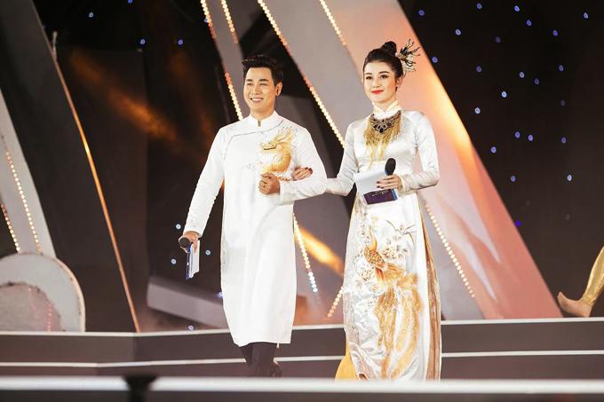 Chàng MC sóng đôi Á hậu Huyền My trên sân khấu. Với kinh nghiệm lâu năm, anh giúp Huyền My tự tin hơn khi dẫn chương trình trực tiếp.