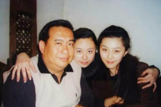Tiểu San (ngồi giữa) từng có quan hệ bạn bè với Băng Băng.